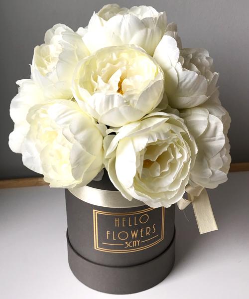 Białe Piwonie W Małym Szarym Boxie Sztuczne Kwiaty W Pudełku
